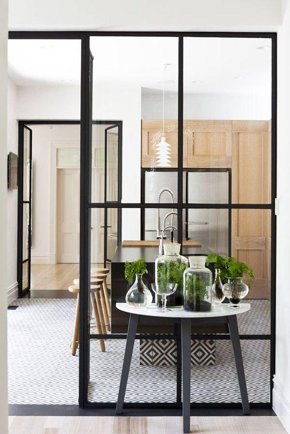 decorar-paredes-de-cristal-y-hierro